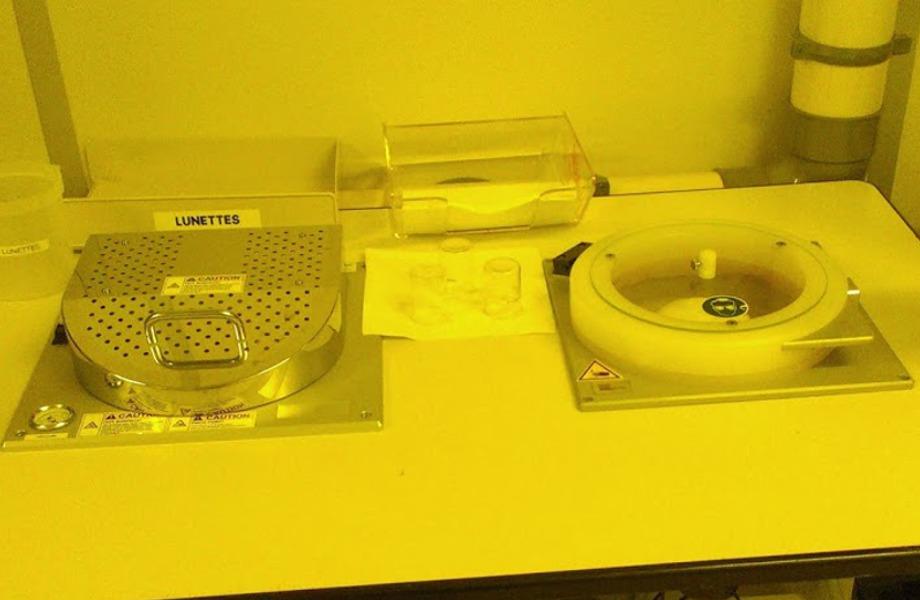 Équipements semi-automatique de dépôt de résine type LabSpin8BM et plaques chauffantes type HP8BM (Süss Microtec)